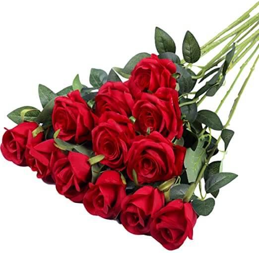 En esta imagen sale un ramo de rosas rojas puestas en forma de piramide