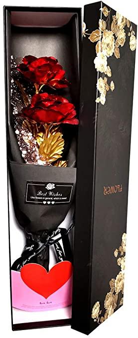 Foto de la hermosa rosa eterna dentro de la caja entre abierta. La imagen muestra la rosas muy bonita para regalar