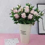 Es la foto de un ramo de rosas dentro de un jarron de ojalata haciendo un parecido a una lechera. El jarron es como amarillo y trae escrito en ingles estas flores originalmente dulces