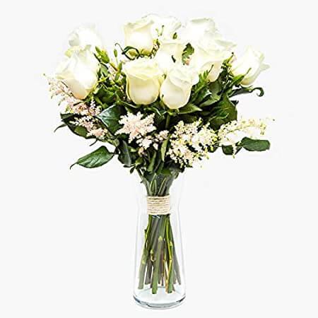 foto-ultimas-rosas-blancas-con-En esta foto se muestra un ramo de rosas blancas sobre un fondo totalmente blanco. Este ramo esta unido abajo en los tallos de las rosas por una cuerda que enrolla con 12 vueltas los tallos. Y además esta metido sobre un jarrón transparente