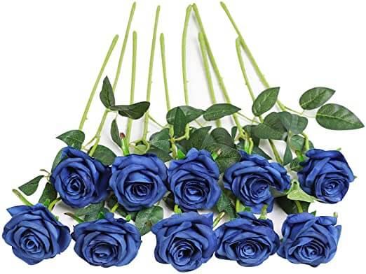 Foto de diez rosas azules preservadas con un gran tallo verde
